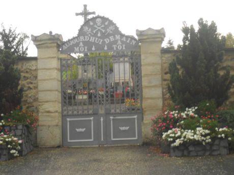 03- L'accueillante entrée du cimetière