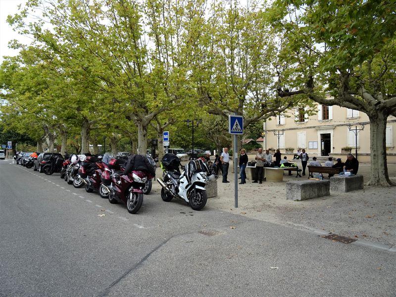 la pause de midi sur la place du hameau de Gougne