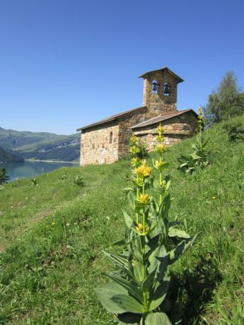 Une chapelle en bordure du barrage