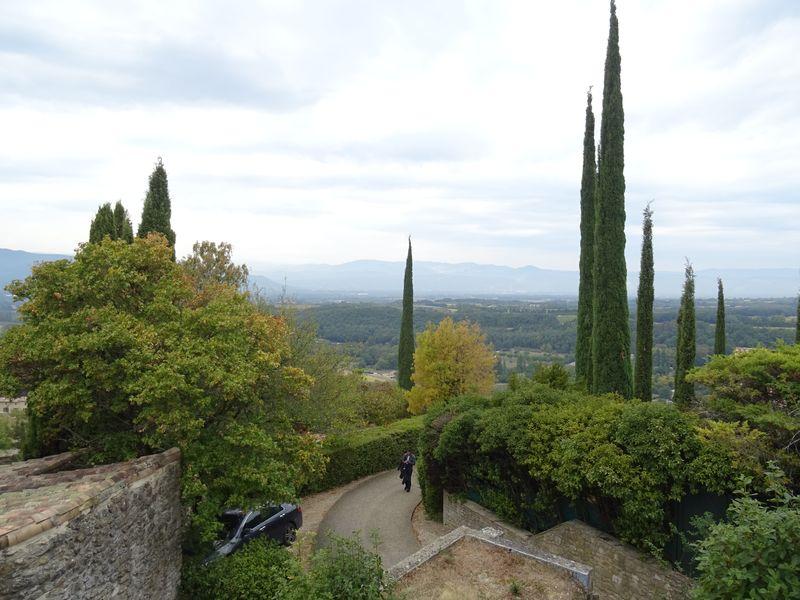 au pied de l'ancienne église joli vue sur la vallée