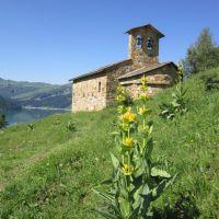 Une chapelle en bordure du barrage